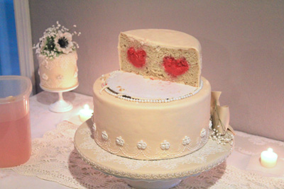 Middle tier of wedding cake 400px