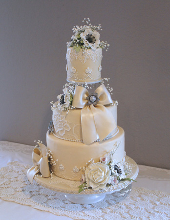 Wedding cake top angled picture without candles 450px