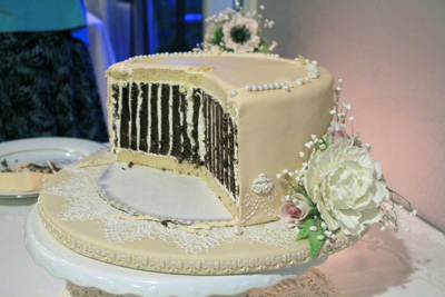 Bottom tier of wedding cake 400px
